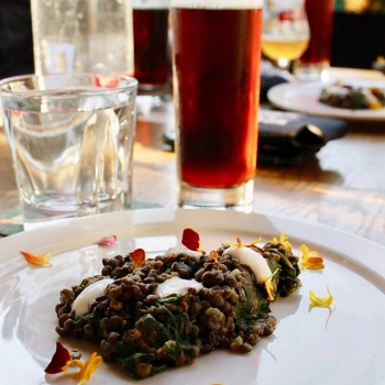 Sunday night calls for delicious beer pairings 🍽🍺 Check out this tasty shot from @redracerbrew Across the Nation Brewmaster's Dinner, held this week in Vancouver at @craftbeeryvr  The featured dish is #Chorizo Sausage with braised #lentils, #spina